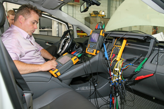 Autotechnicus krijgt les in elektrische aandrijving