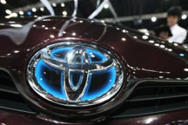 Toyota ziet winst bijna halveren
