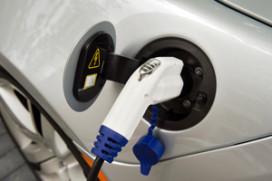 Nederlander gelooft in elektrisch maar kiest benzine