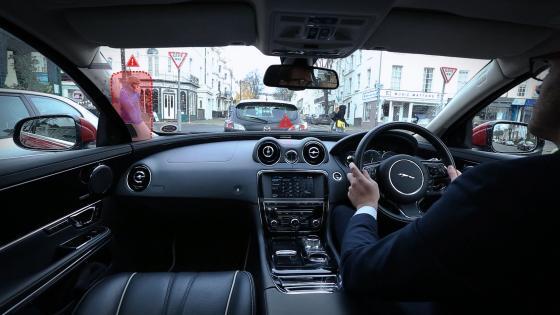 Jaguar-rijder kijkt dwars door dakstijl heen