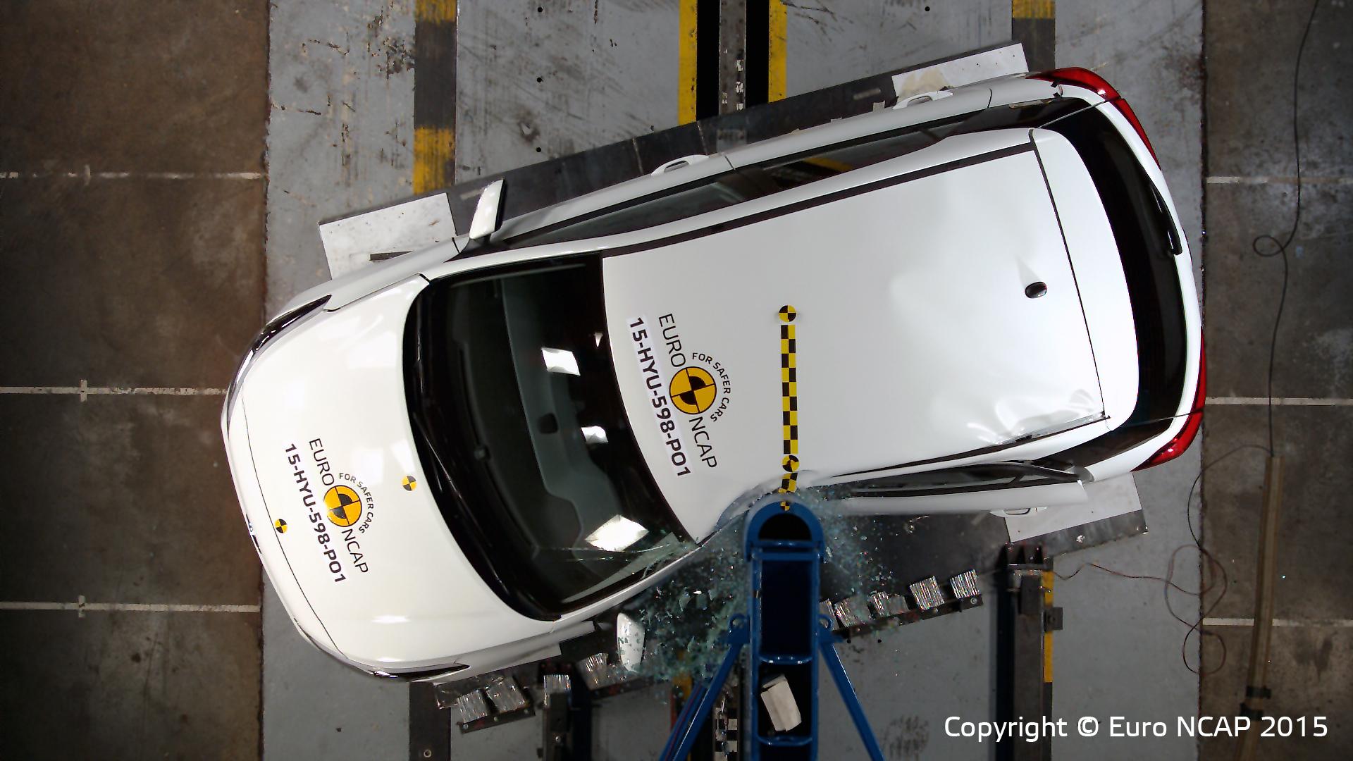 Vier sterren voor de Hyundai i20 is heel goed, al kun je dan geen AEB noodstopsysteem bijbestellen. Deze paal-proef is nu verzwaard, schuin en met grotere kracht dan voorheen.