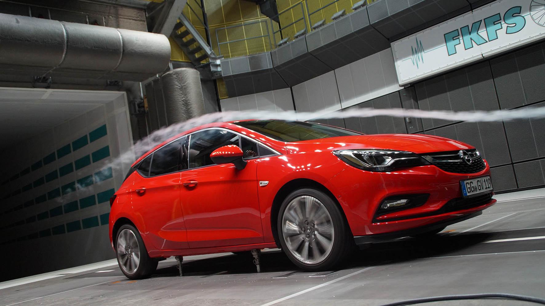 Voor de aerodynamica werkt Opel samen met de universiteit van Stuttgart, die over een heel moderne windtunnel beschikt. Merk bijvoorbeeld op dat hier realistisch gemeten wordt met draaiende wielen.