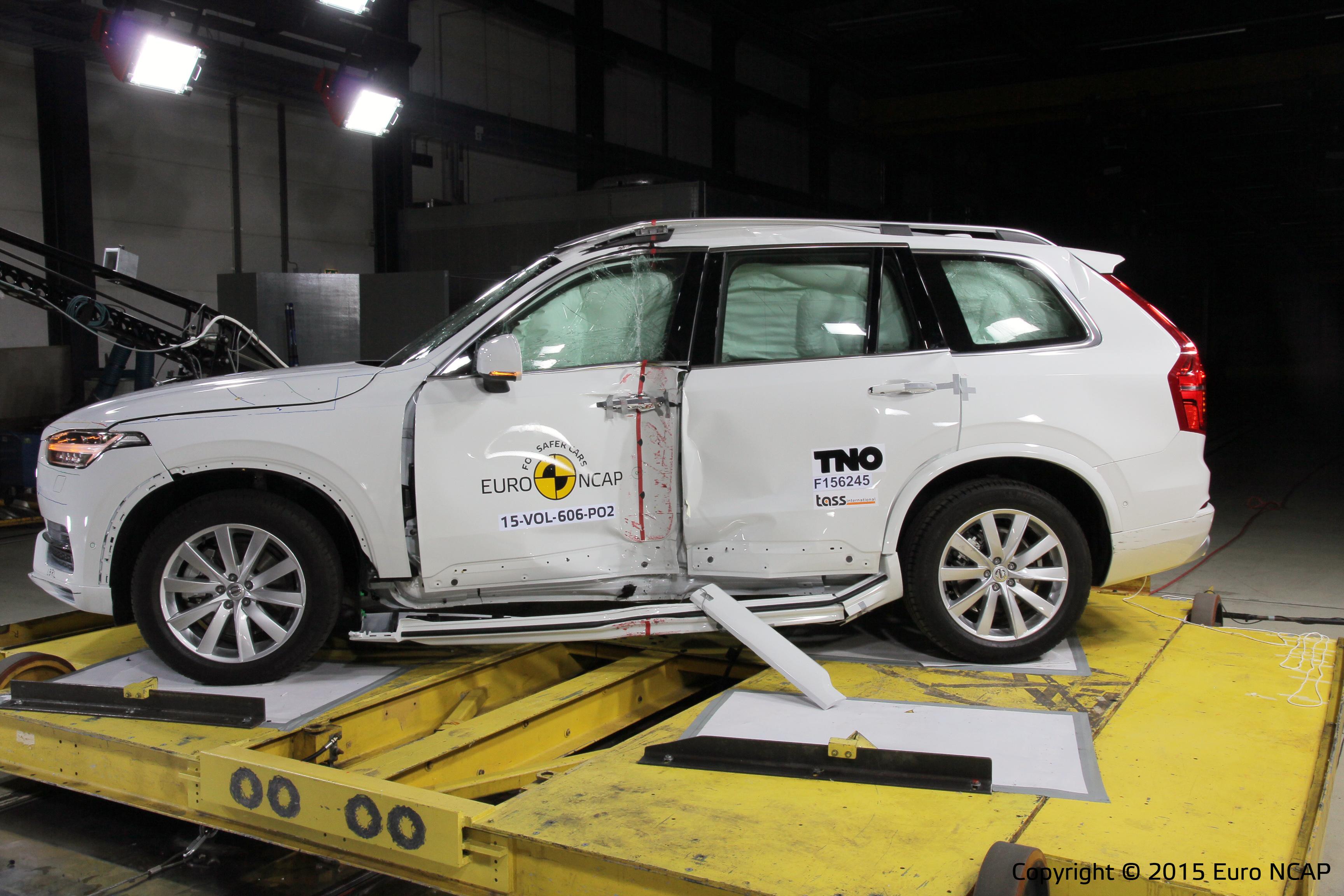 Volvo reageerde meteen op een klein probleempje met de zijairbags. Euro NCAP testte opnieuw, eigenaren van ongemodificeerde XC90's met drie zitrijen krijgen een gratis aanpassing.