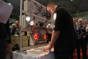 Henco Koster in actie op het verlichtingsbord. Storingszoeken op topsnelheid.