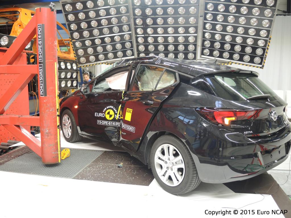 Da's een gemene, paal-test op de zijkant van de nieuwe Opel Astra. Met de veiligheid is Euro NCAP behoorlijk tevreden, al sprong een achterportier uit het slot. Opel zoekt nog uit hoe dat kon.