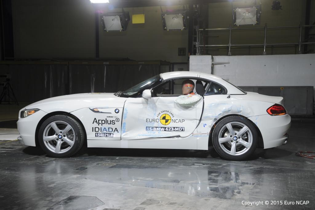 Geen paal-test voor de BMW Z4 en Lancia Ypsilon, waarom niet? De mildere test opzij met een rijdende barrière ondergingen ze wel, u ziet de hoofdairbag uit het zijraam van de BMW hangen.