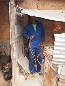 Wegen in Gambia zijn in de regel onverhard. Dus is er bij Garage Ousman altijd werk voor lasser Ebrima Sillah.