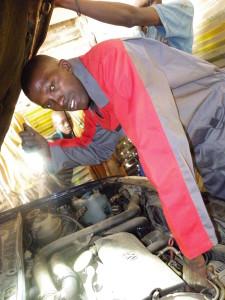 ROC, Innovam, GMTO, ATC, ... Niet in Gambia, Ousman Colley leerde het autovak in de praktijk.