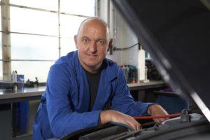 Bram van Stijn helpt autobedrijven die geen raad weten met een lastige storing. Met kennis van zaken, actuele werkplaatsinformatie en moderne testapparatuur brengt hij bijna elk probleem tot een oplossing.