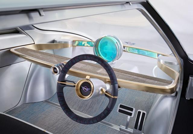 Het interieur past zich aan op de bestuurder. Lekker sturen kan gewoon in deze futuristische Mini.