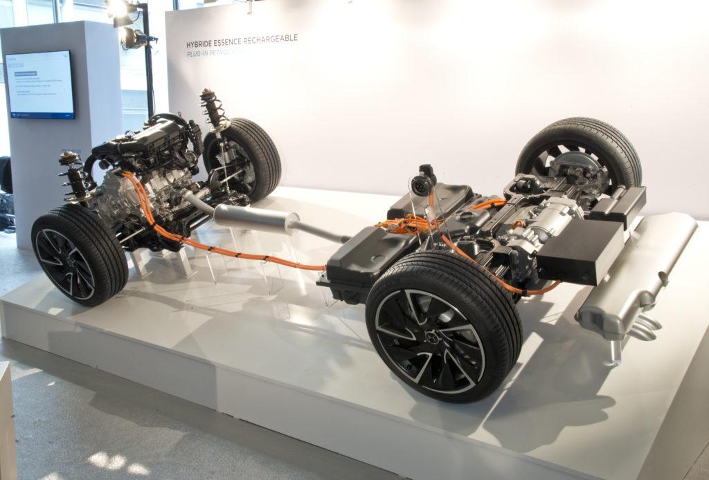 Het hybride platform kan zowel twee- als vierwielaandrijving herbergen. Het accupakket ligt voor de benzinetank. Doorontwikkeling van de eerste 3008 met elektrische achterwielaandrijving?