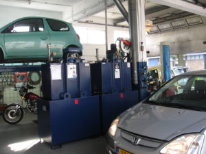 Jan en Corine Groot van Auto- service 'Tot uw dienst' in Den Haag kunnen met drie oliesoorten een wagenpark van ongeveer zeshon- derd klanten goed verzorgen: van een Cadillac uit 1972 tot en met een Panda uit 2012.