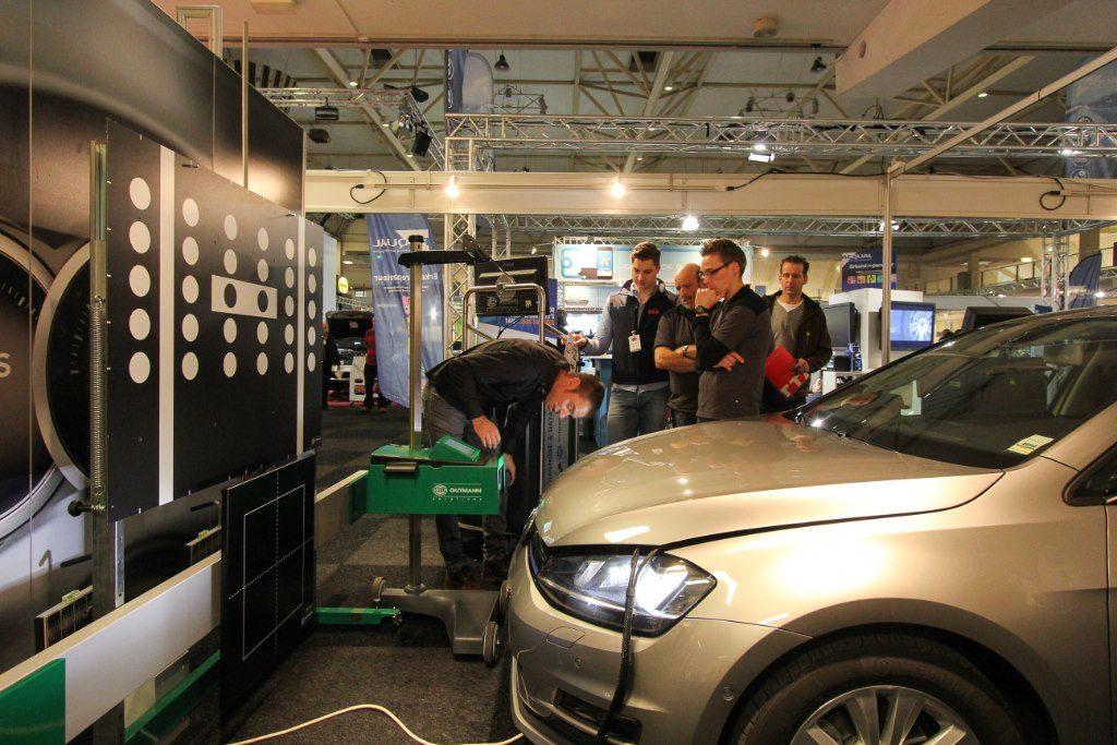 Adaptieve verlichting en rij-assistentiesystemen zijn op steeds meer auto's standaard. Wat betekent dat voor de werkplaats? Hella toont de benodigde apparatuur.