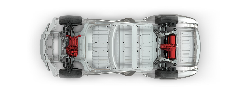 De twee Tesla-motoren drijven (net als bij de Sahara) alleen de wielen op de eigen as aan. Maar in tegenstelling tot de Sahara kan de Tesla het batterijvermogen digitaal en onafhankelijk naar de voor- of achterwielen sturen. De bodem bestaat uit batterijen.