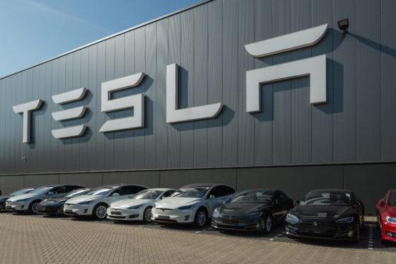Tesla duikt weer in rode cijfers