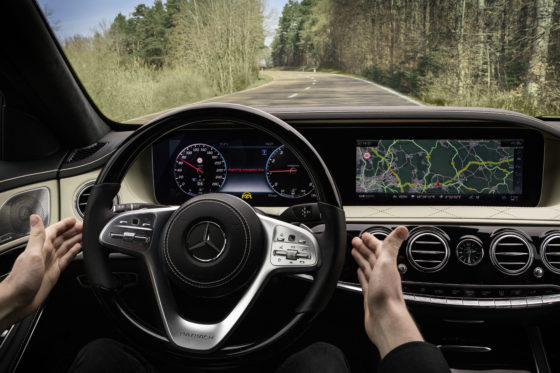 De noodremassistent remt in combinatie met ingeschakelde stuurassistent tot stilstand af als de bestuurder te lang niets met het stuur doet, dus misschien onwel is geworden.