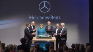 De eerste steen wordt door Angela Merkel gelegd voor de nieuwe fabriek voor lithioum-ion accu's van Daimler AG.