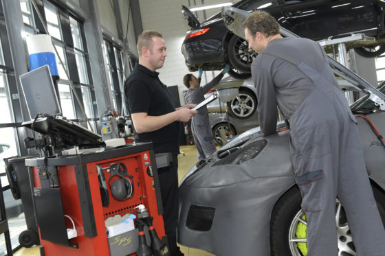 """De complexiteit van autotechniek neemt toe. Toch verwacht Robbert van Ackooij voorlopig geen hts'ers in praktische technische functies. """"Eerste autotechnicus en diagnosetechnicus is een goede basis voor de meest voorkomende werkzaamheden."""""""