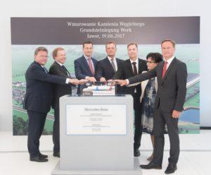 De officiële openingsceremonie voor de toekomstige fabriek werd bijgewoond door Mateusz Morawiecki (vicepremier van Polen en minister van Economische Ontwikkeling en Financiën), Elżbieta Witek (lid van de ministerraad), Tadeusz Kościński (vice-staatssecretaris bij het ministerie van Economische Ontwikkeling in Polen), Rolf Nikel, ambassadeur van Duitsland in Polen), Frank Deiß, hoofd motorenproductie bij Mercedes-Benz Cars en fabrieksmanager van de Mercedes-Benz fabriek in Untertürkheim), Rainer Ruess, (hoofd productieplanning Mercedes-Benz Cars) en dr. Andreas Schenkel (CEO van Mercedes-Benz Manufacturing Poland).