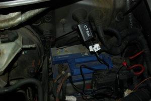 C-Tek levert tiewraps mee voor montage in het motorruim.