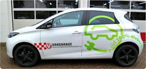 Vakgarage Maashorst heeft een laadpunt voor hun elektrische leen-Zoe. De auto dient als uithangbord voor de werkplaats.