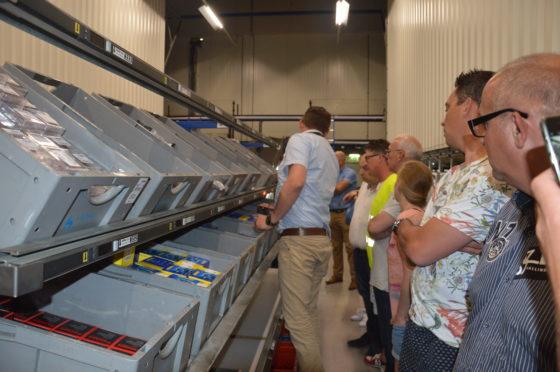 Hoe werkt 'pick to light'? Logistiek manager Jaap Harteveld doet het voor.
