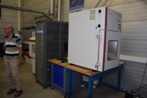 Voor het testen is er een vrieskast om de prestaties van koude accu's te beoordelen. Er is ook een installatie die kan beproeven met tot 1.300 A startstroomafname.