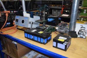 Ook Li-ion-accu's worden bestudeerd, hier een set uit het accupakket van een Mitsubishi Outlander. Midtronics biedt voor hulpdiensten een ontlader die werken aan geëlektrificeerde auto's veilig maakt.