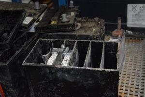 Zo zien gesulfateerde platen in een loodaccu er uit. De witte sulfaatcorrosie zorgt dat loodplaten en accuzuur niet meer bij elkaar komen, laden en ontladen is er niet meer bij.