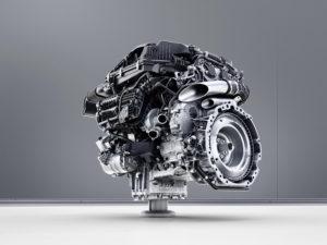 Mercedes introduceert de M256 zescilinder-in-lijn, met 48 volt systeem dat de grote verbruikers voedt. Denk aan waterpomp, aircocompressor en de geïntegreerde startergenerator die tussen motor en versnellingsbak komt. De waterpomp heeft meer dan twee maal de gangbare pompcapaciteit. De motor is verrassend compact, mede omdat er door die 48 volt-techniek geen aandrijfriemen voor de aggregaten voorop de motor zitten.