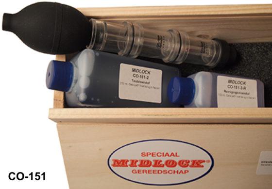 Midlock: Cilinderlekkage tester - € 91. Via het koelwater testen op lekkage langs de cilinderkop. Werkt bij alle benzine-, diesel- en LPG-motoren, ook bij bio-brandstof. Meet CO2 in de koelvloeistof, als betrouwbaar signaal dat cilinderkop of pakking lekt, zonder iets te hoeven demonteren. Artikel CO-151.