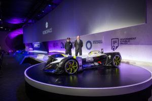 Officiële onthulling van de Robocar bij het Mobile World Congress in Barcelona. Achter de auto links zakenman en initiatiefnemer Denis Sverdlov, rechts ontwerper Daniel Simon.