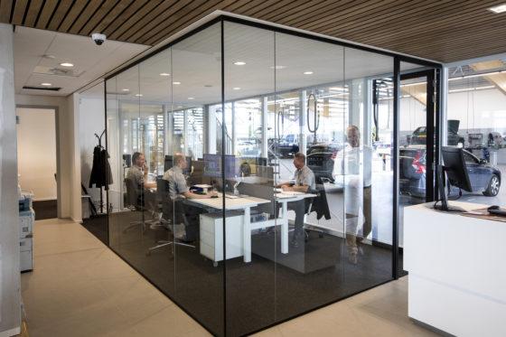 De receptionisten heten bij Volvo 'serviceadviseurs' en hun afdeling heet 'Workshop Support'. Ze onderhouden geen contact met de klant en kunnen daarom in een apart 'aquarium' zitten.