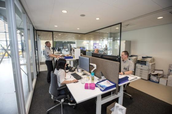 De vestigiging in Hengelo telt drie receptionisten. In een traditionele omgeving zou er eigenlijk één receptionist op 3,5 technicus moeten zijn. Het is nu  een op vier, een besparing dus.