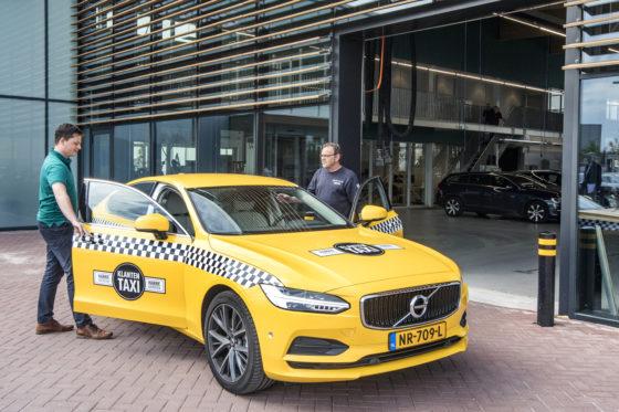 Klanten worden (als ze daar prijs op stellen) gratis gehaald en gebracht. Om dat in stijl te doen, zet Harry Arendsen een Volvo S90 T5 in Amerikaanse taxi-uitdossing in. Een leenauto meenemen of wachten kan natuurlijk ook.