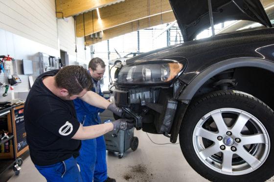 De technici werken met z'n tweeën aan één auto. In principe gaat het om bijna alle klussen.