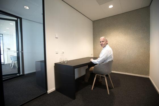 Maar als klanten wat meer afzondering willen, krijgen ze van Peronne een eigen wachtruimte. Harry Brouwer demonstreert zo'n ruimte, waar je zonder afleiding kunt werken en bellen.
