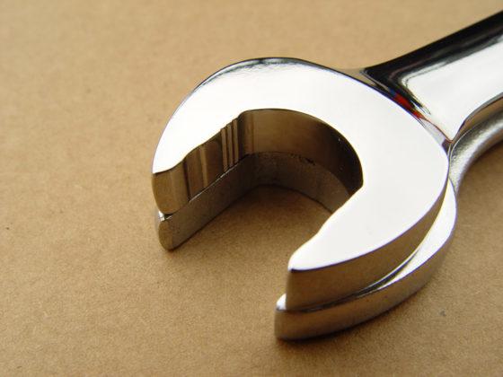 Snap-on: Flank Drive steek- en ringsleutels – Met gepatenteerde Flank Drive plus vormgeving grijpen de sleutels op de zijden en niet op de hoeken van de boutkop of moer. Hierdoor kan met steeksleutels tot 62 % en met ringsleutels tot 20 % meer kracht gezet worden. Een uitkomst bij stuurkogels en spoorstangen waar alleen een steeksleutel op kan.