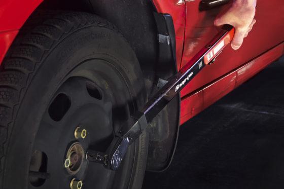 Snap-on: TQFRN350E momentsleutel – Klikmomentsleutel voor wielservice, zwenkkop zodat zonder verlengstuk wielbouten aangehaald kunnen worden zonder het spatscherm te raken. Met zijdelingse draaiknop instelbaar moment van 70 – 350 Nm. Terugstellen voorspanning niet nodig, geeft ook tijdwinst.