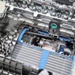 Elektrisch aangedreven turbo en koeler in een unit links tegen de motor samengebouwd, vlak onder de inlaatkanalen. Deze compressor zorgt voor laaddruk tot de twin-scrollturbo op toeren is en het zware werk kan overnemen. De e-turbo realiseert volgens een MB-technicus (van stilstand naar) maximale druk in 0,3 seconde. Turbotraagheid bestaat hier niet. De ISG wekt 48 volt op voor een 1 kWh batterij, een omvormer levert dat ook aan het 12 voltsysteem met eigen accu.