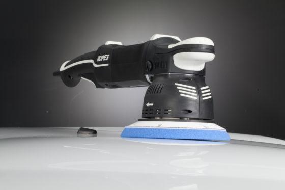 WSB Finishing Equipment: Rupes BigFoot Mille LK900 – prijs op aanvraag. Direct aangedreven dubbelwerkende polijstmachine. Krachtige verwijdering van lakdefecten. Draait rechtsom, in tegenstelling tot de meeste andere apparaten, wat minder ongewenste zijdelingse beweging oproept en comfortabeler werkt.