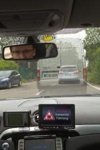 Alleen al voor moderne wegveiligheid en verkeersgeleiding moeten auto's online gaan en gegevens delen. Hier als experiment van Ford, de niet zichtbare voorste auto zend uit dat hij remt.