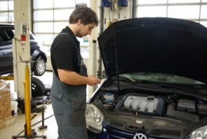 De klant kan via de app een foto of zelfs een filmpje van een storing of ander probleem aan de auto naar de werkplaats sturen. Zo kan de monteur gelijk een inschatting maken van wat er aan de hand is en direct een afspraak maken voor reparatie in de werkplaats.