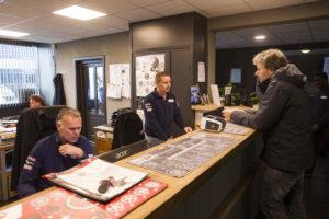 Rob helpt een klant aan de balie. In vergelijking met autobedrijven blijven de klanten in bandenservicebedrijven veel vaker wachten. Een bandenwissel is zo gepiept.
