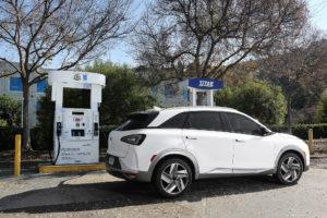 Waterstof zou de brandstof van de toekomst worden, de Hyundai Nexo is er al klaar voor. Nu nog veel waterstof en veel tankstations gaan maken voor een doorbraak van brandstofcel-rijden.