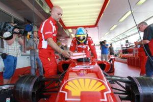 Da's alweer even geleden, Fernando Alonso en Ferrari. Te zien is hoe de remmen onzichtbaar ingepakt zijn in slim geventileerde carbon huizen. Betere koeling, minder luchtweerstand. (foto Shell)