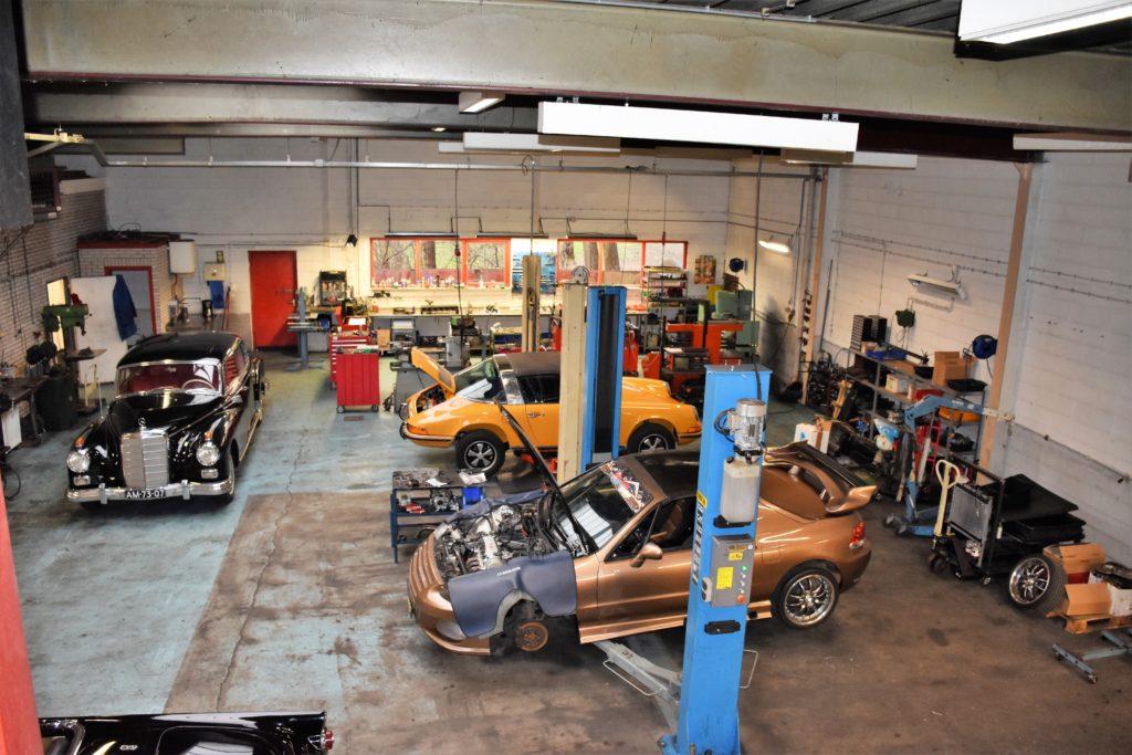 Een lichte en ruime werkplaats voor Van der Linden Motorentechniek. Toch zijn ze op zoek naar een nieuwe locatie, de werkplaats ligt wat´verstopt´ achter andere bedrijven.