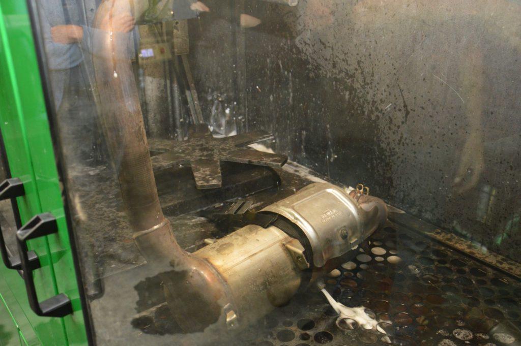 Drukpuls met vloeistof tegen de uitlaatgasrichting in