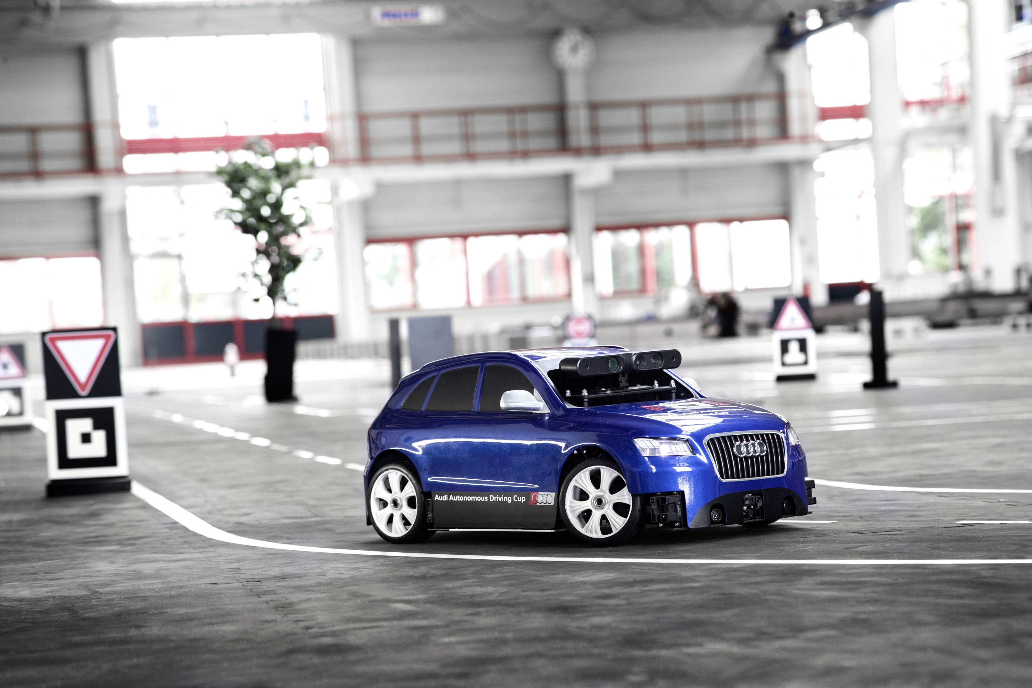 Al sinds 2015 houdt Audi een wedstrijd voor studenten, om modelauto's in schaal 1:8 autonoom te laten rijden. Zijn ze al klaar om het ook in schaal 1:1 te gaan ontwikkelen?