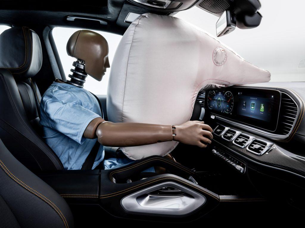 Een plat stuur maakt een dashboardairbag mogelijk.